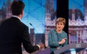 La cheffe du SNP indique la sortie au patron du Labour Miliband.