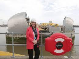 Amber Rudd devant une centrale en construction