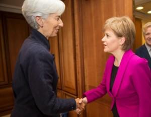 Nicola Sturgeon (droite) désavoue la politique menée par le Fonds monétaire international.