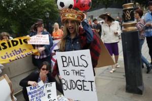 Manifestation anti austérité devant la résidence du ministre des Finances ce 8 juillet 2015