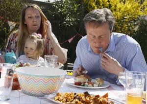 Chez les Cameron, on mange le hot dog avec couteau et fourchette