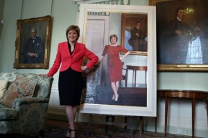 Nicola Sturgeon devant son portrait officiel