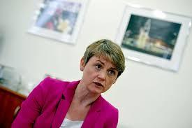 Le budget d'Osborne fait pencher Yvette Cooper à gauche