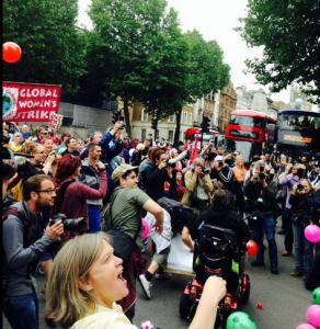 Les handicapés ont manifesté contre les coupes budgétaires devant Westminster