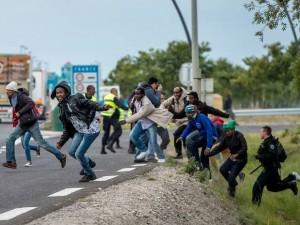 Les migrants de Calais tentent désespérément de passer le Channel