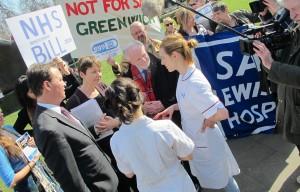 Caroline Lucas lors d'une action pour soutenir le NHS