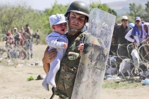 Un policier avec un enfant rescapé
