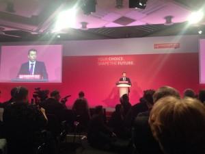 Le secrétaire général du Labiour, Ian McNicol, ouvre la conférence extraordinaire.