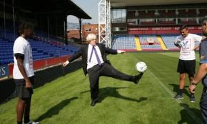 Boris Johnson est peu à son aise avec le football