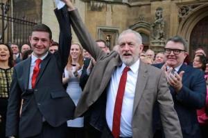 Corbyn accueille MacMahon, vainqueur à Oldham