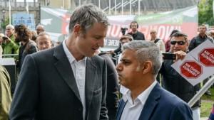 Sadiq Khan (droite) devrait triompher du tory Zac Goldsmith (gauche)