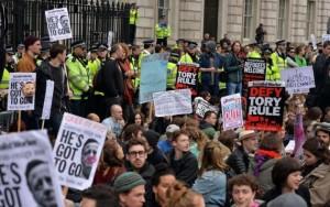 Plusieurs milliers de personnes rassemblées le 9 avril devant Downing Street