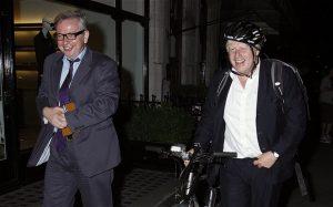Gove (gauche) et Johnson (droite) accusent Cameron de malhonnêteté