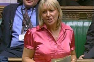 Ex star de la téléréalité, Nadine Dorries veut s'offrir la tête de Cameron