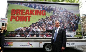 Nigel Farage devant l'affiche que même le camp du Brexit rejette