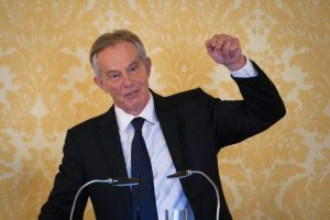 Tony Blair défend l'intervention en Irak devant la presse