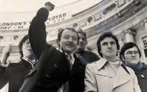 Aux côtés de Ken Livingstone (avec le poing levé), le jeune McDonnell.