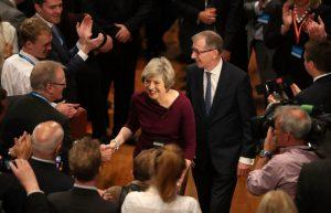 Theresa May salue les délégués de la tory conférence